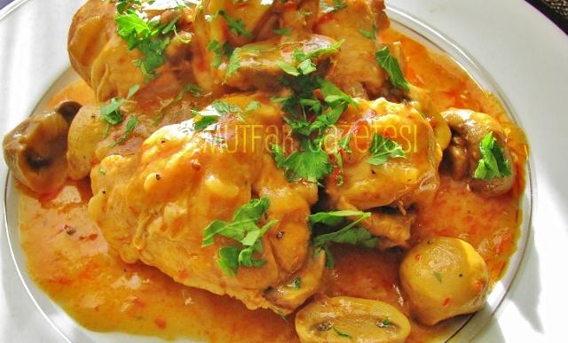 batı Afrika usulü tavuk yahni  Bu yemeğin belirgin özelliği çok acı olarak hazırlanmasıdır. Ama acı sevmeyenler acı kullanmadan da hazırlayabilirler.