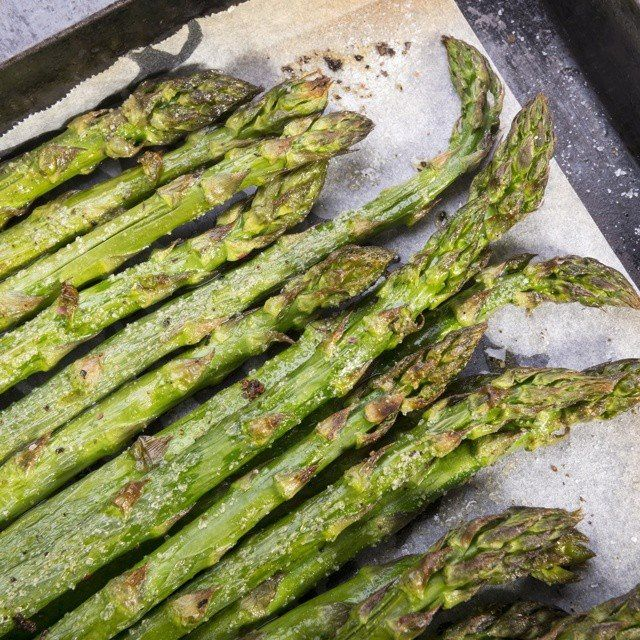 how to Perfectly Roast Asparagus http://cleanfoodcrush.com/roasted-asparagus/