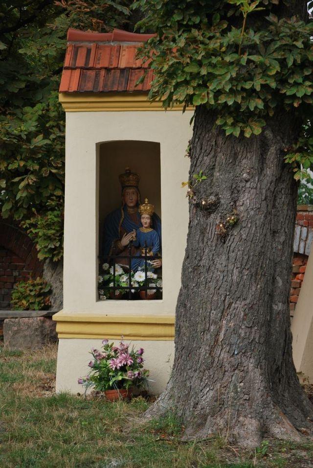 """Kapliczka obok """"Trupialni"""" :-).  To właśnie Św Annie przemalowałam z Grażyną w dzieciństwie włosy na kruczoczarno i zrobiłam brwi Breżniewa..."""