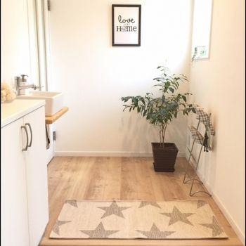 1:清潔・掃除が大原則。 2:明るい空間づくり。 3:よい香りで空間を満たして。 観葉植物を置きましょう。 鏡や絵を飾って。 玄関マットは天然素材のものを。 湿気が溜まると陰気も溜まる。  白は他の色をサポートする色。ブラウンは安定感のある色。こちらの玄関は観葉植物に額縁まで飾られていて、風水的にも運気がよさそうです。 住まいの顔となる表札は必ずつけましょう。風水的には木製のものが最も良いとされています。石やタイルの表札を選ぶときは、できれば白のものを。女性の多い世帯ならピンクでもOK。