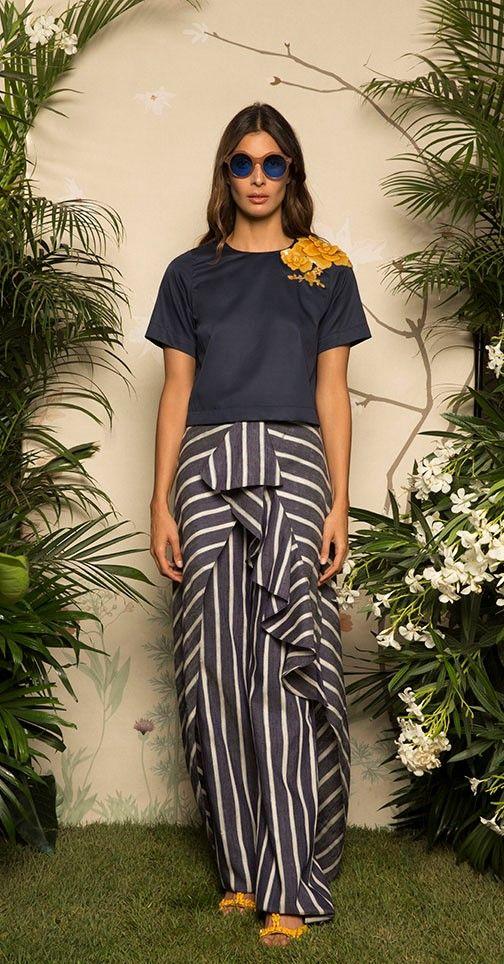 Colecciones: Colección Resort 2017 de Johanna Ortiz  Preciosa colección, donde colores como el rojo, el azul, el verde, el blanco y el crema, se mueven sobre vestidos, tops, pantalones, faldas y cinturones #colecciones #Resort2017 #JohannaOrtiz #moda