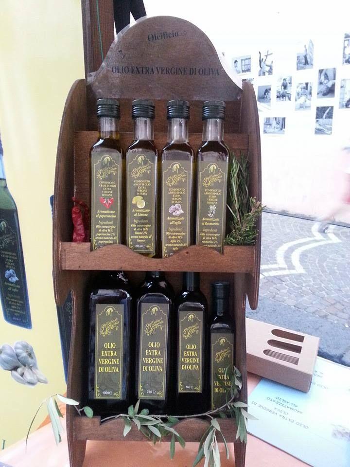 AFFARE del valore di € 25 adesso a soli € 5: Pacco contenente una lattina di 3lt. di olio extra vergine di oliva e quattro confezioni di olio extra vergine di oliva aromatizzato. www.etichettasud.it