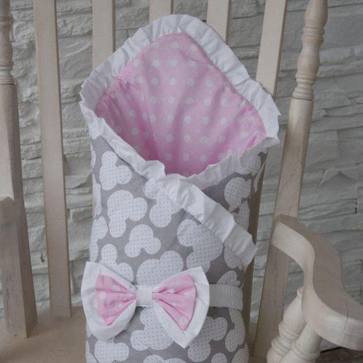 Уютный конверт одеяло на выписку девочке Горошек выполнен вручную дизайнером из американского хлопка двух расцветок – внутри с пастельно – рисунком белых горохов на розовом фоне, снаружи – жемчужно серый фон со структурированным горохом. Конверт крепится на повязке с бантом, украше
