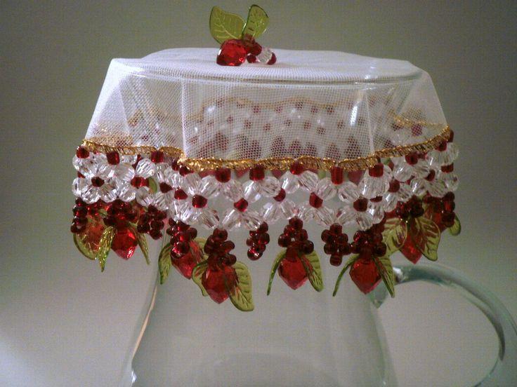 Conjunto composto por 1 cobre jarras de 25 cms + 6 cobre taças de 15 cms, com ponteiras de morango e miçangas vermelhas.