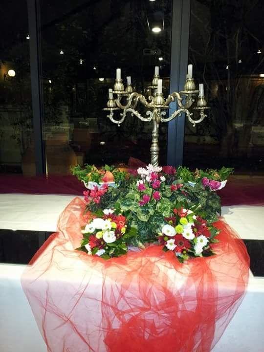 candelabro, con fiori in grande composizione, e tulle rosso particolare