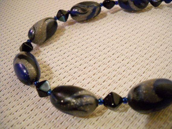 Blauwe ketting met handgemaakte kralen in blauw grijs door Seadbeady