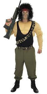 80'er action helt kostume, et godt bud på et sidste skole dags kostume eller som en del af en gruppe til årets karneval. Et perfekt valg til macho drengen eller manden som elskede de klassiske 80'er action film og ikke er ked af at fortælle andre det.