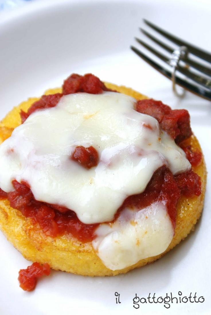 Medaglioni di polenta con salsiccia e formaggio filante