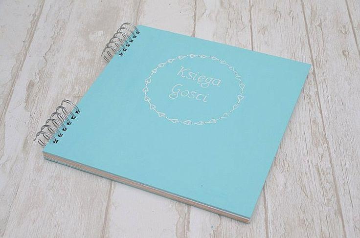 Minimalistyczna księga gości weselnych w kolorze pewnego znanego sklepu jubilerskiego... jeśli ten odcień wybraliście na Wasz motyw przewodni, nie zapomnijcie o dodatkach w tym kolorze! :)  Księga gości do kupienia w Madame Allure.
