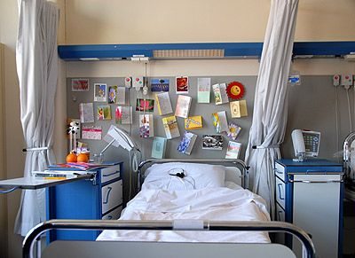 Belle (12) is ziek. Ze brengt haar dagen door in een ziekenhuisbed. Met de aandacht die ze krijgt van de mensen om haar heen, kan ze niet zoveel. Van medelijden en verdriet gaat ze zich niet beter voelen.