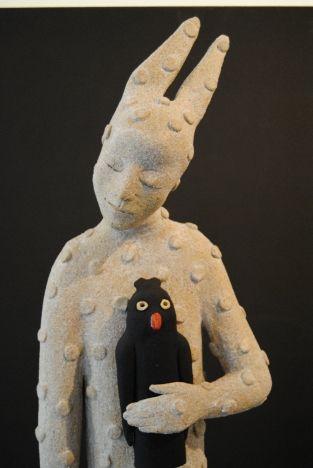 Keramisk skulptur i steingods av kunstnaren Anu Allikas frå Estland