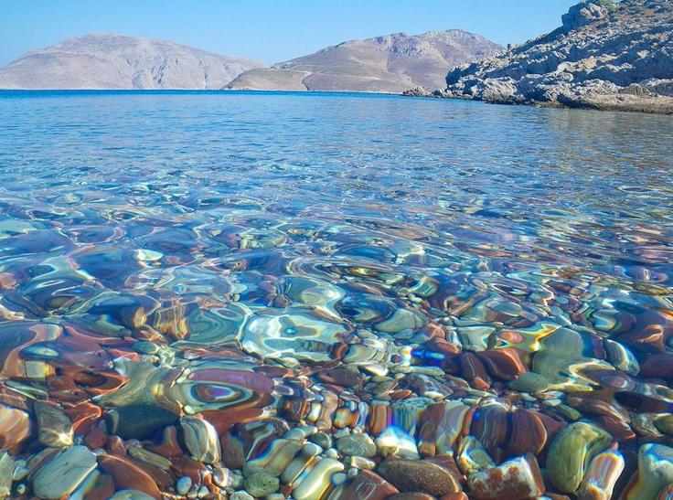 Κρυστάλλινα νερά, υπέροχοι χρωματισμοί... (Τήλος)    Ευχαριστούμε την Ελίνα Τερζάκη για τη φωτογραφία.