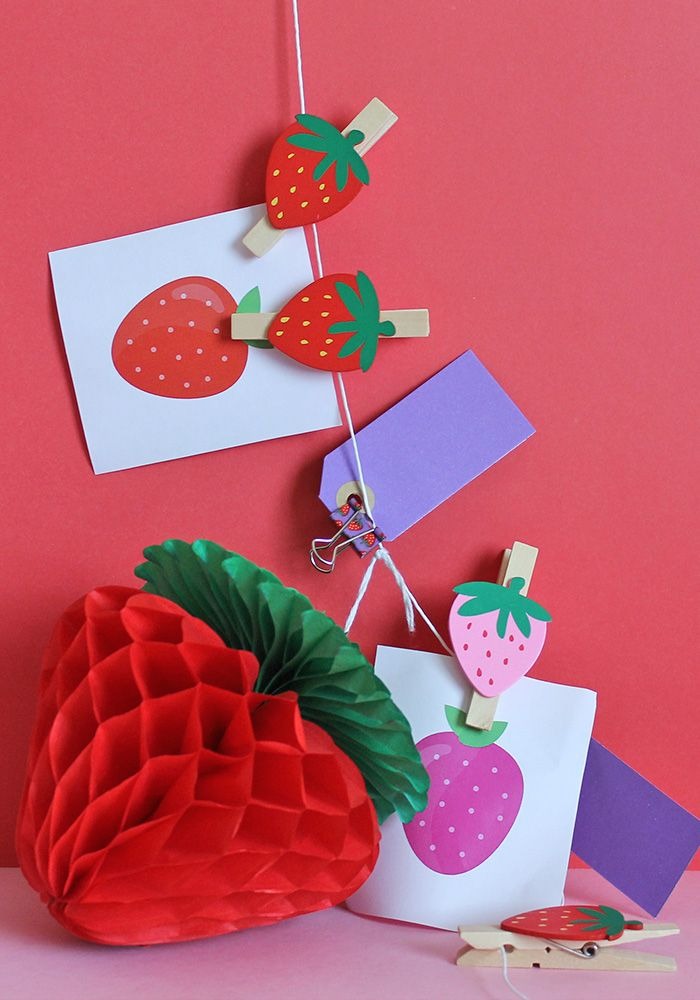 Scopri come creare una fantastica ghirlanda a tema fragole. Tantissime decorazioni ti aspettano su Super Colors!
