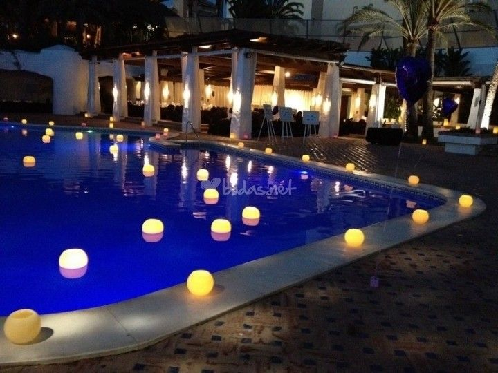 M s de 25 ideas incre bles sobre decoraciones flotantes de - Velas para piscinas ...