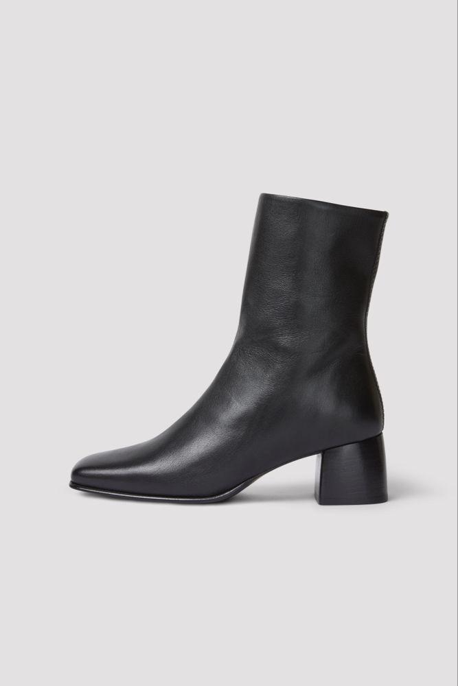 Klackade boots i mjukt och lent nappaskinn, fyrkantig tå och