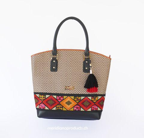 HANDTASCHE RAFIA Das vornehmlich in roten und orangenen Tönen gehaltene Dekorband im unteren Teil als Kontrastpunkt eingesetzt, ist ein expressiver Blickfang und zeugt von der lateinamerikanischen Herkunft der Tasche. Wir bieten Ihnen diese Handtasche in zwei verschiedenen Größen an. Hier ist die grössere Version.