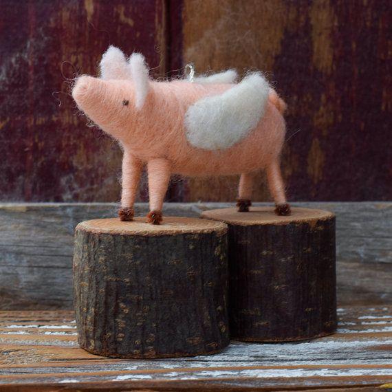 El regalo perfecto para la persona que dijo que no se podía hacer... o, la persona que lo sabía podía!  Nuestros cerdos voladores son 3,5 pulgadas de largo, con una envergadura de 1,5 pulgadas doblado. Cada cerdo se hace de las lanas, aguja de fieltro sobre el marco de un limpiador de pipa, con orejas esculpidas y ojos cosidos. Las alas están hechas de fieltro de lana blanco. Y esa cola adorable!  Vamos a elegir un adorno de cerdo volador en este estilo para usted en el momento del envío…