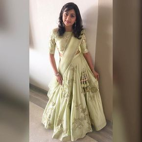 @payalsavladesigns shows how minimalistic accessories can look chic with a Benzer lehenga! #Green #Lehenga #Accessories #Ghagra #Wedding #IndianWedding #IndianWear #Bridesmaids #Benzer #Benzerworld