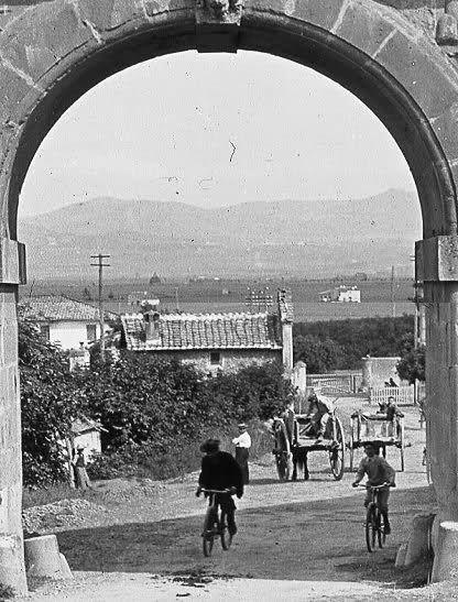 ROMA la Tuscolana e i Castelli inquadrati dall'arco di Porta Furba alla discesa del Quadraro... anno 1910