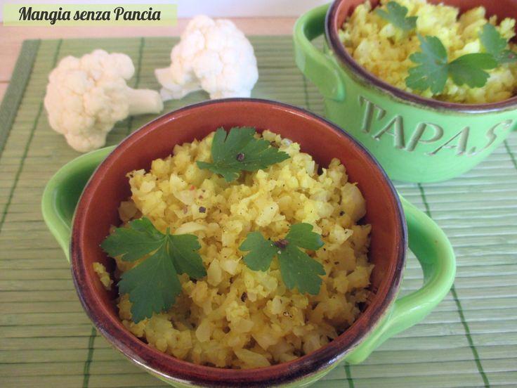 Il finto riso di cavolfiore è veramente simile al riso: incredibile! Versatile, vegano, da condire in mille modi, ma con il curry è veramente gustoso!