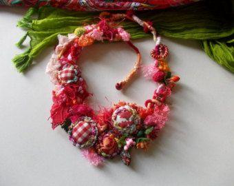 Magia colorata... Modulo verde estate fiore tribale rustico libero rosa avvolto a mano e uncinetto collana... OOAK... Collana fiore colorato...  Materiali: tessuto, perlina in legno, raso, pizzo, filati di cotone, filato misto acrilico. Colori: bianco, rosa, verde, blu, ciliegia, giallo, turchese...  I colori sono in contrasto e bella e perfetta da indossare tutto lanno. Abbigliamento casual, romantico e femminile. Questa incredibile collana con fascino romantico può essere indossata con…