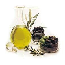 olijfolie is een multi functioneel product! Als je snel last hebt van gespleten nagels, smeer ze dan elke dag in met olijfolie. gespleten haarpunten? smeer ze in met olijfolie, daarna uitspoelen. Je kan de olijfolie natuurlijk ook als masker voor je droge haar gebruiken. De zeer droge, schilferige en jeukerige huid ( dus ook eczeem en psoriasis) verzacht door olijfolie. En als je last hebt van kloven op handen en voeten doet olijfolie ook wonderen.
