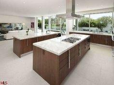 Dieses fabelhafte Küche hat durch Glas, das macht man in eins mit der Natur während des Kochens werden sehen.