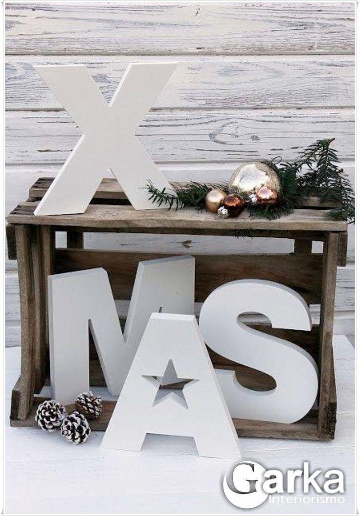 Decoración navideña estilo vintage, con cajas de madera y letras en PVC blancas! Añade el toque final con algún elemento navideño: piñas, hojas, bolas...