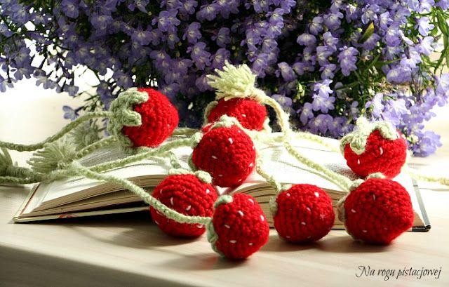 Na rogu pistacjowej: truskawkowe zakładki do książek na szydełku