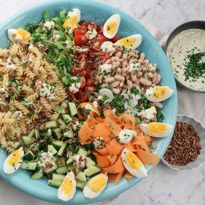 Fransk pastasallad med vita bönor, ägg och gräslöksdressing - Recept - Stowr