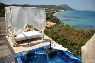 Deze prachtige geschakelde vakantiewoning met jacuzzi is gelegen aan de zuidoostkust van Corfu en heeft een adembenemend uitzicht over de baai van Messonghi!
