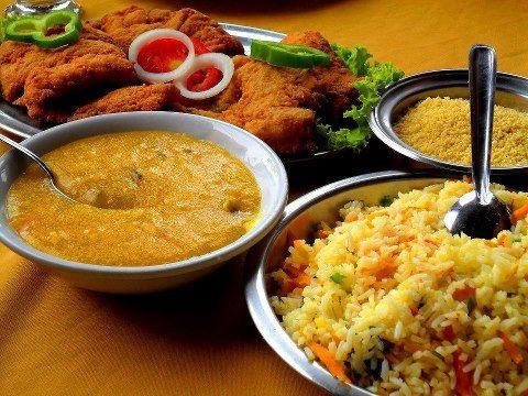 Pirão, arroz, peixe e farofa.