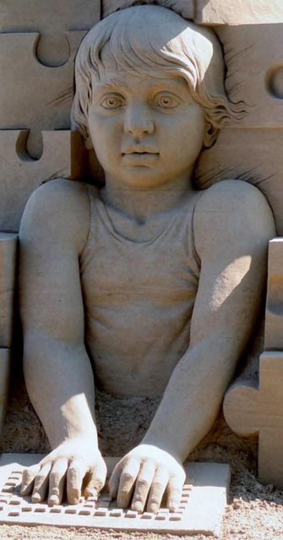 sculpture de sable, le garçon moderne                                                                                                                                                                                 Plus