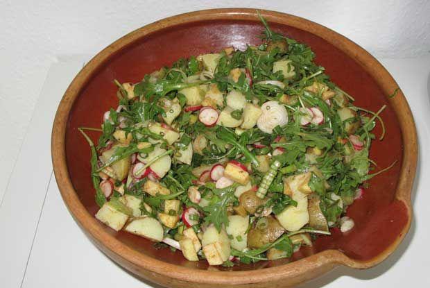 Kartoffelsalat er en dansk grillaftensklassiker. Salaten er proppet med forårsgrøntsager som radisser, forårsløg og kartofler og den er fri for mælkeprodukter