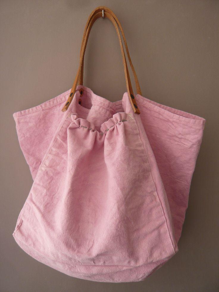 sac avec un vieux drap teint et des anses en cuir