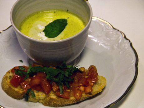 Felicias broccolisoppa serveras med fetaostkräm och bruschetta.