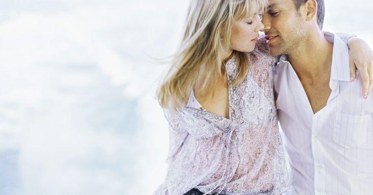 """Síndrome crônica de Epstein-Barr. O vírus Epstein-Barr foi descoberto em 1964 e é o que causa a doença chamada mononucleose, mais comumente conhecida como a """"doença do beijo"""". O Epstein-Barr é parte da família dos vírus da herpes. Estima-se que 75 a 90% da população é infectada com o vírus, mas, devido ao fato dos sintomas variarem em severidade, muitos não sabem que possuem a ..."""