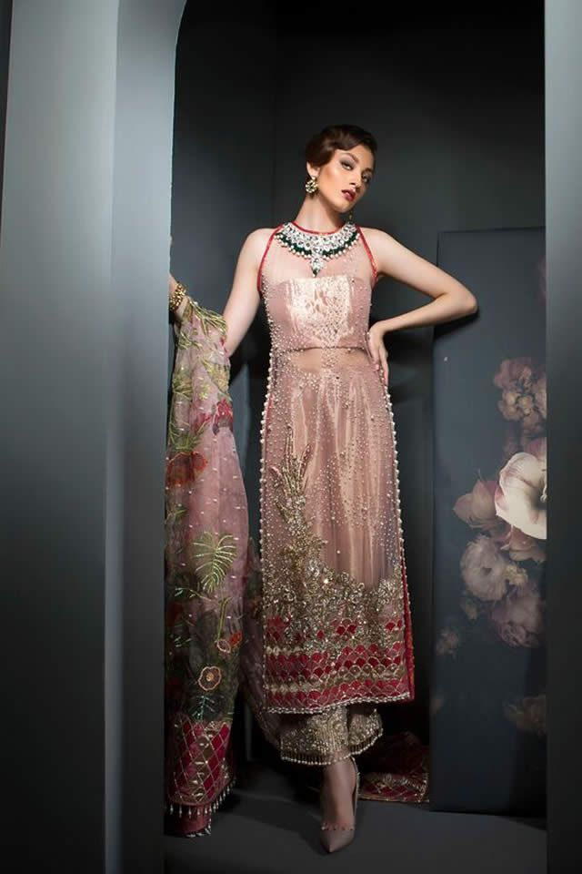 Saira Shakira experimented with different cuts, using one shoulder sleeves, off shoulder tasselled shirts, fitted to the waist loose from top and bottom.