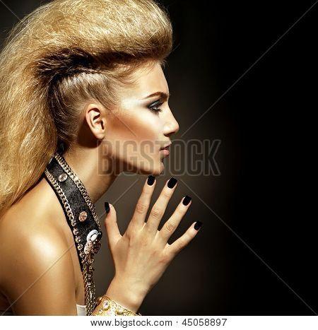 Mode Rocker stijl Model meisje portret. Kapsel. Rocker of Punk vrouw make-up, kapsel en Accesso