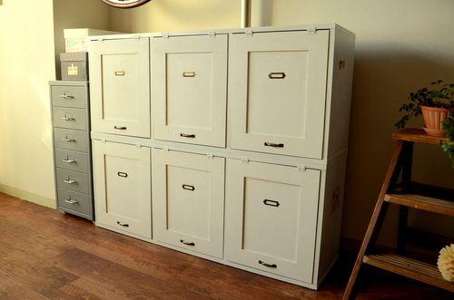 カラーボックスに扉をつけるだけで…めちゃくちゃオシャレな家具に大変身!