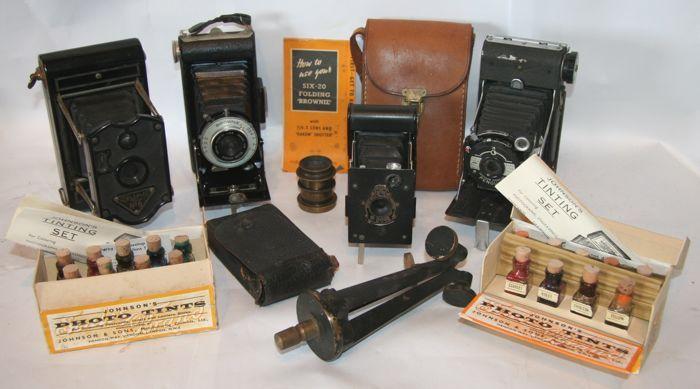"""Kavel 4 balgcamera's (Rajar Kodak en Kershaw) met extra's  Kavel 4 balgcamera's met extra's1. Brownie Six-20 met 'Dakon"""" shutterCompleet met handleiding en lederen HOMA tas (draagriem mist)Gebruikte staat balg is goed sluiter werkt en is lichtdicht.2. Vest Pocket Kodak met originele Kodak tasGebruikte staat balg is goed sluiter werkt en is lichtdicht.3. Kershaw Eight-20 PENGUIN Gebruikte staat balg is goed sluiter werkt en is lichtdicht.Laat zich aan het einde wat moeilijk sluiten.4. Engelse…"""