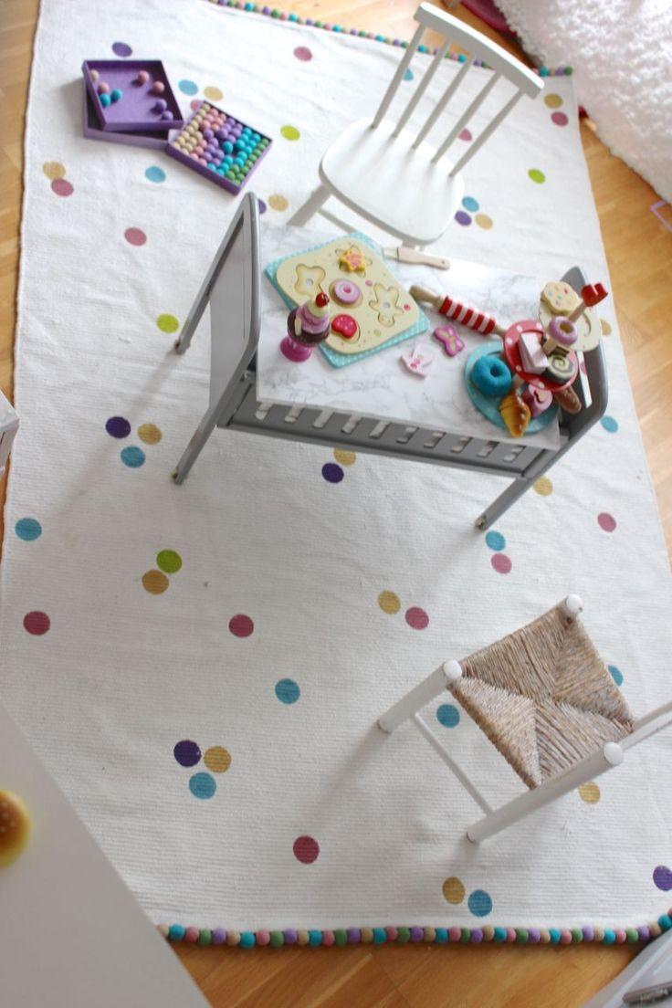 Textilfärgerna & ullkulor/ullpärlor kommer från Creativ Company & jag har använt mig av ullkulorna som heter pastellharmoni med artikelnummer 45135. Namnet & numret på textilfärgerna är: Duvblå 34197 | Mörkrosa 34187 | Kiwi 34193 | Lavendel 34190 | Guld pearl 3368. Färgerna är aningens mörkare än ullkulorna.