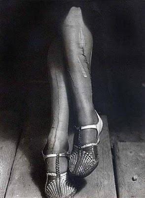 Dorothea Lange. Ett nytt sätt att dokumentera, t ex genom att välja ut denna lilla berättelse om lagade nylonstrumpor. Det indirekta motivet är fattigdom.