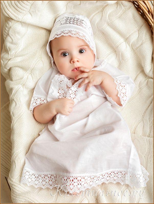 Классическое платье-рубашка для Крещения девочки, надевается через голову и немного раскрывается на грудке, что удобно для Миропомазывания.