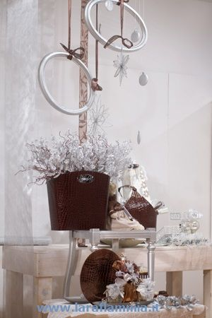 L'eleganza e la raffinatezza del bianco e del marrone. Ci occupiamo di allestimenti show room, creazione linee, packaging design, immagine e  rivisitazione punto vendita.  Per info e  contatti www.laraflammia.it