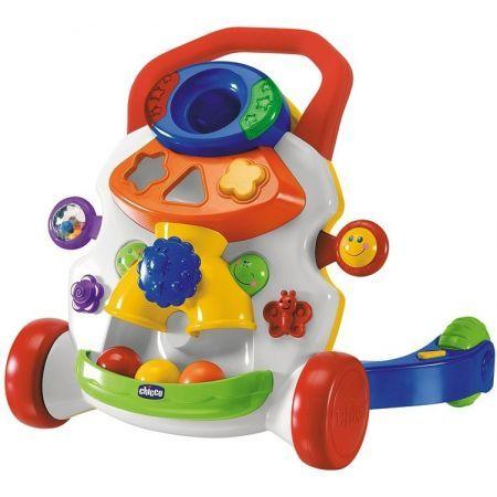 Chicco aktivní chodítko Chodítko Activity je skvělá hračka, která bude věrným průvodcem Vašeho dítěte při prvních krůčcích. Na přední straně je velký modrý otvor, který je určen pro tři míče (obsahem balení). Míče lze jednotlivě vkládat do velké modré díry, ty poté sjíždí dolů do sběrného koše. Během hry míč aktivuje melodii. Na levé straně hračky je umístěno chrastítko, které se při dotyku dopředu a dozadu pohybuje a chrastí. Na hračce je mnoho dalších prvků, které aktivují zvuky a melodie.