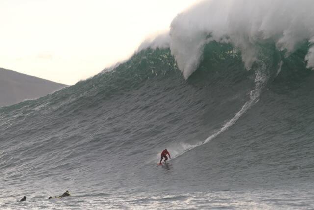"""Plusieurs dizaines de surfeurs ont pris d'assaut mardi 7 décembre la vague géante """"Belharra"""" au large d'Urrugne dans les Pyrénées-Atlantiques. Les vagues ont atteint 10 à 15 mètres de haut. #gallery"""