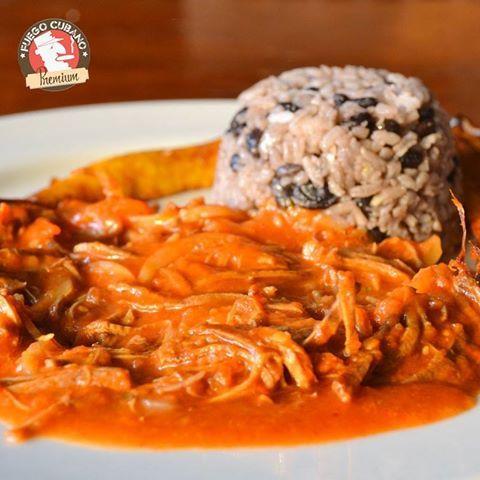 El tradicional plato #Cubano, #RopaVieja, es nuestro #Recomendado para tu almuerzo de hoy. Carne en julianas, yuca frita y arroz con fríjol caraota, llamado moros y cristianos. ¿Más razones para venir y probarlo? #FuegoCubano