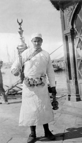 ΘΕΣΣΑΛΟΝΙΚΗ: Πλανόδιος πωλητής λεμονάδας (λεμονατζής), μάλλον Αρβανίτης, μπροστά στην παραλία το 1919. πηγή: Φωτογραφική συλλογή Αμερικανικού Ερυθρού Σταυρού - The Library of Congress