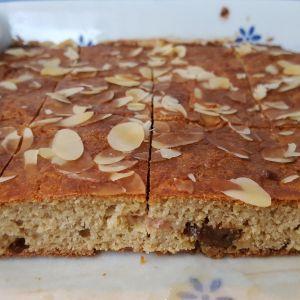 Een recept voor koekjes van appel en havermout met amandelschaafsel als garnering.